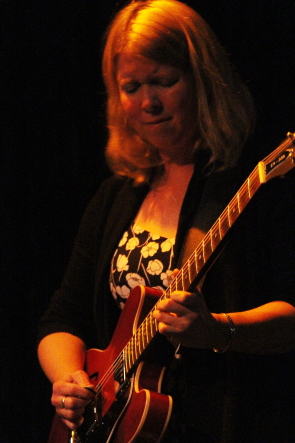 Erin Ross returned to the Slice with her band, Aug. 24. Photo by Richard Amery